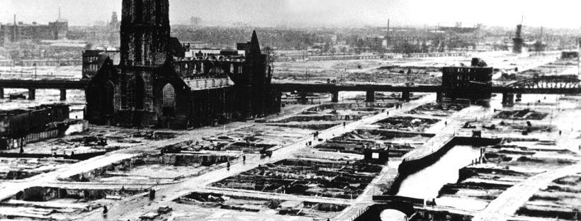 Photo en noir et blanc de la ville de Rotterdam en ruines après le bombardement de 1940