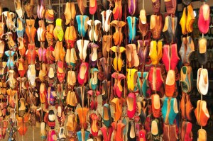 photo montrant des babouches de toutes les couleurs