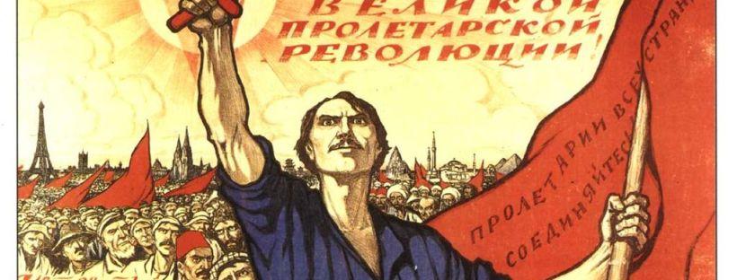 gravure en couleur représentant un ouvrier russe brandissant le drapeau rouge des communistes, le marteau et la faucille