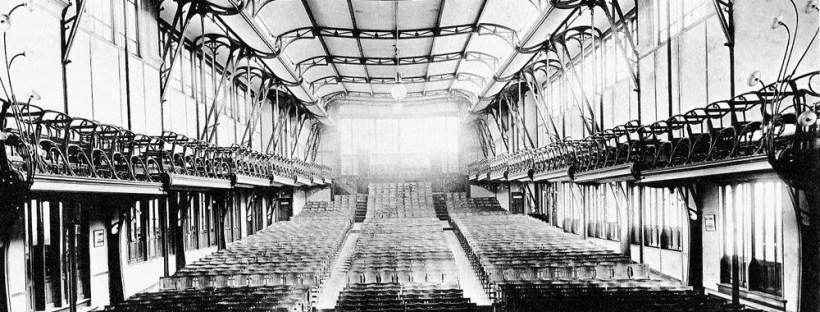 photo en noir et blanc d'un grand hall de spectacle avec une verrière dans ce qui était la Maison du peuple à Bruxelles