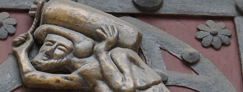 """Détail des bas-reliefs sur les portes de la Basilique Sainte-Marie-de-la-Mer de Barcelone représentant l'un des """"bastaixos"""" de Ribera"""