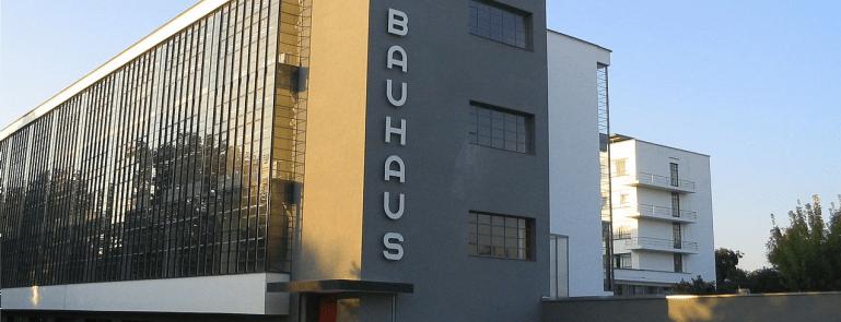 Vue du bâtiment principal du Bauhaus côté sud, Dessau, 2005 (photographie libre de droits via Wikimedia Commons)