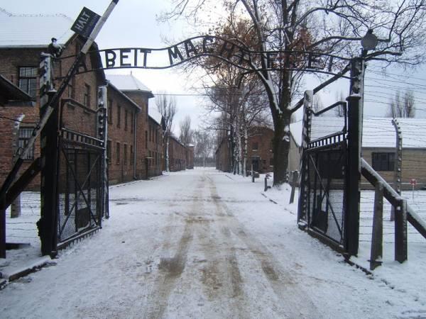Brama obozowa z napisem 'Arbeit macht frei'