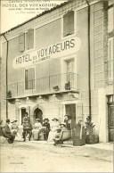 Elégants et élégantes devant l'Hôtel des Voyageurs