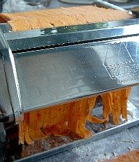 fabrication de tagliatelles rouges au poivron