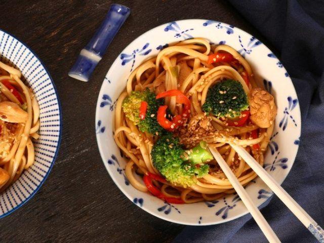 nouilles udon sautées au brocoli et au poulet