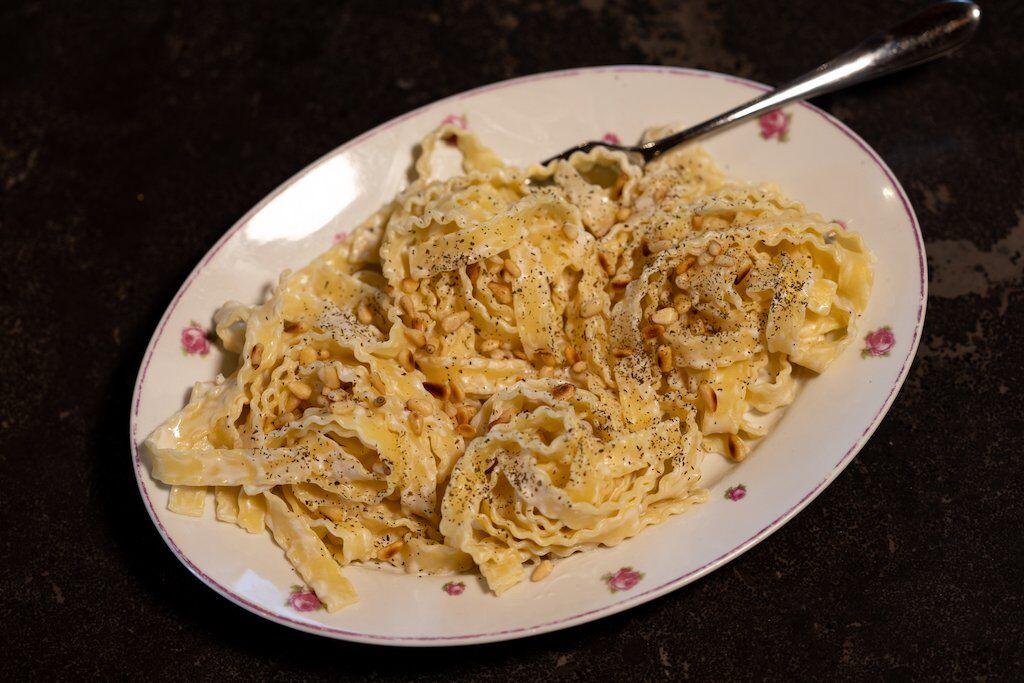 Pâtes au yaourt à l'ail et pignons de pin