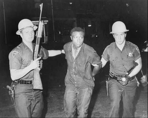 Intervention de la police de Newark lors des émeutes de 1967. Crédis t: Donna Gialanella / The Star-Ledger