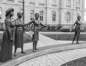 """""""Monument en hommage aux femmes en politique"""" par Jules Lasalle. Crédits : Paul VanDerWerf (Flickr)."""