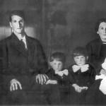 Famille de monsieur Alphonse Perreault De gauche à droite : Joseph-Antoine Perreault (5ans), Alphonse Perreault, Joseph Rolland Perreault (3 ans), Lionel Perreault (4 ans), Aurélie Thériault, Marie-Emma Perreault (2 ans). (Absent sur la photo : Joseph-Alphonse Perreault, 6 mois).