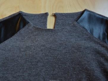 Het bovenste deel van het shirt met schouderpassen en split in de bovenrug.