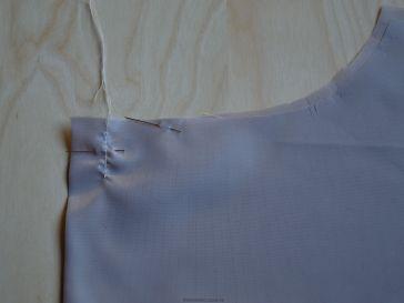 De bewegingsplooi in de voeringjas wordt gemaakt door een vertikaal stiksel van 3 cm in het midden van het rugpand.