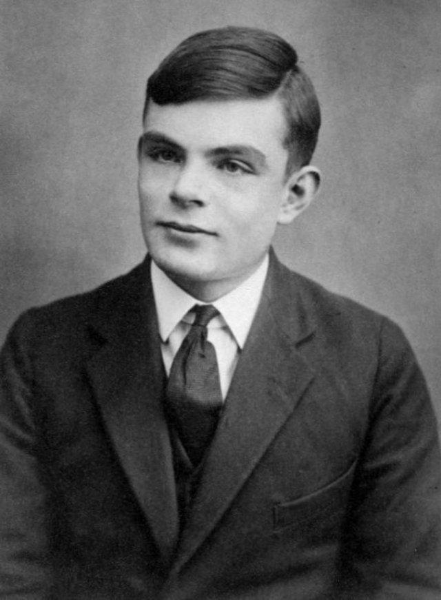 Alan Turing a los 16 años, edad a la que acercó al trabajo de Einstein dando muestras de su temprano genio en cuanto a las matemáticas se refería.