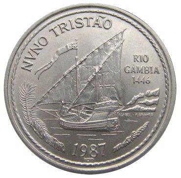 Moneda de un escudo portugués de 1987 que representa el viaje de Nuno Tristão al río Gambia (sic) en 1446