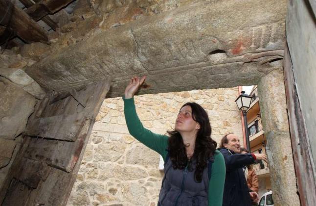 Lápida do Mosteiro de Olla atopada nun cortello / R.Grovas-FV