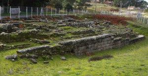 Aspecto da igrexa medieval e dos sepulcros de Adro Vello / arqueolugares.blogspot.com