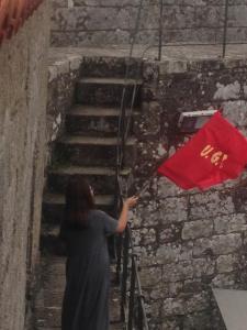 A bandeira da UGT é colocada na torre do homenaxe do Castelo de Vimianzo para lembrar o 80 aniversario da súa toma por republicanos / Manuel Antelo