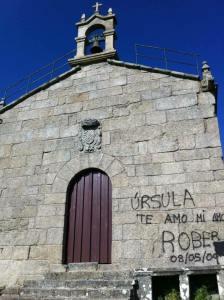 Pintada nunha igrexa / FB Canibalismo urbanístico. Maltrato da Paisaxe