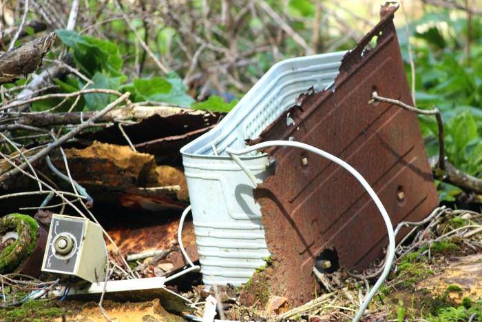 Lixo no entorno de San Xusto de Toxosoutos / Íñigo Mouzo