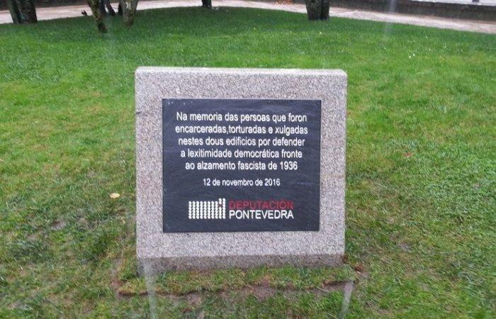 Placa colocada nos xardíns da Deputación de Pontevedra para lembrar aos funcionarios represaliados polo franquismo / Deputación de Pontevedra
