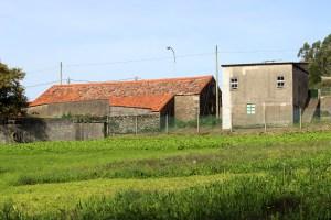 Unha das viviendas que se atopa moi preto do antigo mosteiro de San Xusto de Toxosoutos / Íñigo Mouzo