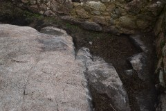 Desperfectos en muros internos do castelo da Frouxeira causados polo emprego de maquinaria pesada