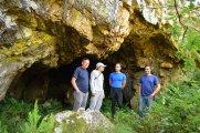 David Outeiro e outros membros do colectivo Mariña Patrimonio na cova de Baleira / Mariña Patrimonio