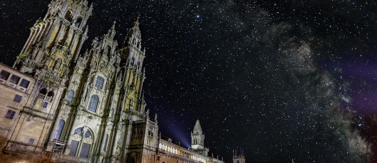 Via Láctea coa catedral de Santiago en primeiro plano. Camiño de Santiago / reydaluz.com