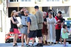 Grupo de labregos escoitando o son da gaita polas rúas de Vimianzo / foto HdG