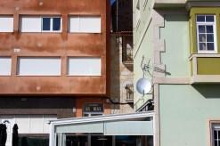 Unha vivenda rehabilitada entre dous edificios de formigón / foto HdG