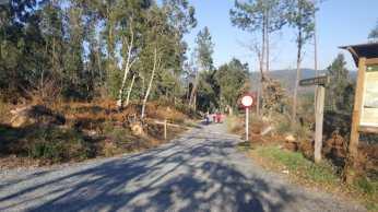 Un dos accesos forzado para pasar / foto Concello de Silleda