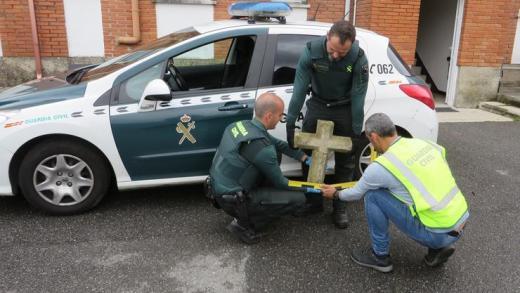 Detidos dous mozos por roubar unha cruz do século XV