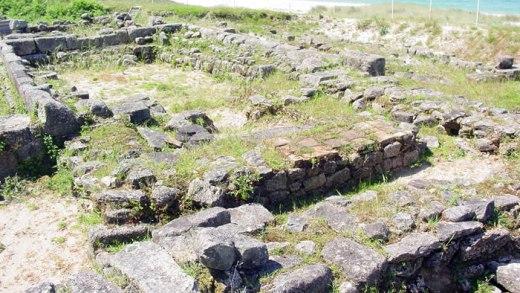 O abandono por parte da Xunta do xacemento do Adro Vello remata con ósos humanos espallados pola praia