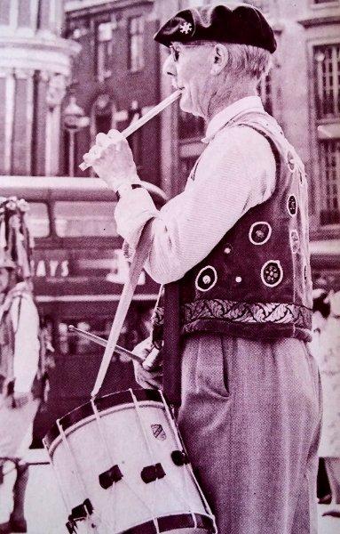 flauta y tamboril-danzas-rurales-europa
