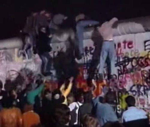 Multitud en el muro berlin