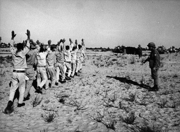 Fotografía de prisioneros de guerra egipcios capturados por las fuerzas israelís durante la Guerra de los Seis Días