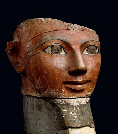 Estado actual de una estatua de Hatshepsut como faraón con rasgos masculinos