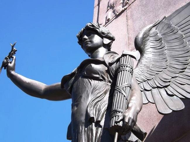 Estatua donde se observa los fasces de Roma, uno de los símbolos en el cursus honorum