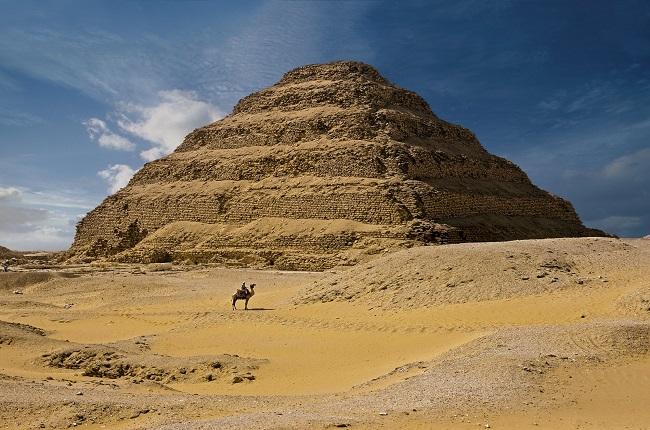 Pirámide escalonada de Djoser en su complejo funerario de Saqqara, construida por Imh