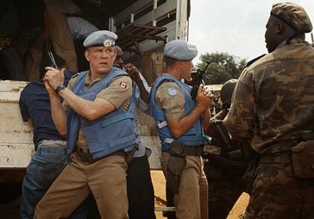 Fotograma de Hotel Rwanda en el que se observa en primer plano al actor Nick Nolte