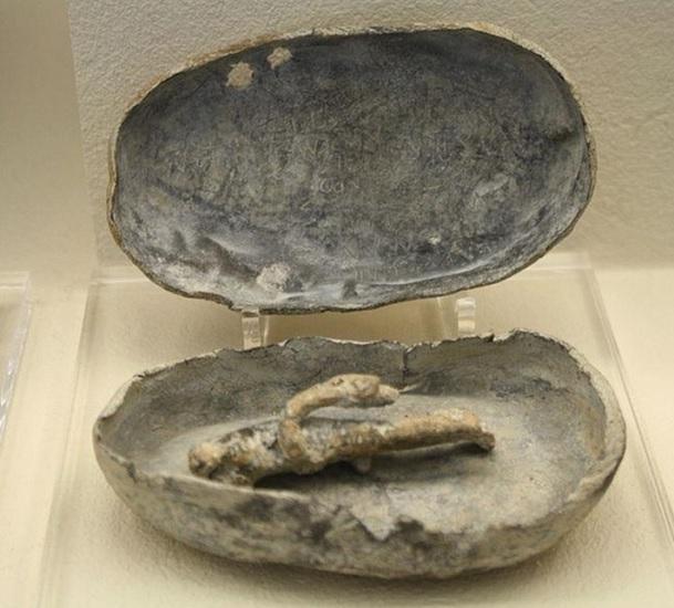 Ejemplo de maldiciones romanas. Kolossoi confinado en una caja de plomo conservado en el Museo del Louvre