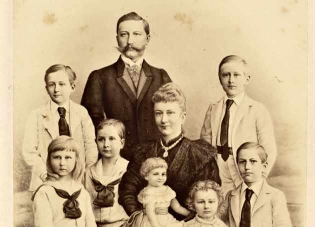 Wilhelm II mit seiner Frau Auguste Victoria von Schleswig-Holstein-Sonderburg-Augstenburg, und seinen sieben Kindern