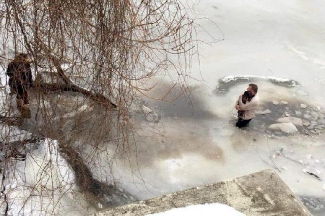 Homem vê cachorro aterrorizado preso em águas congeladas e arrisca sua vida para salvá-lo 2