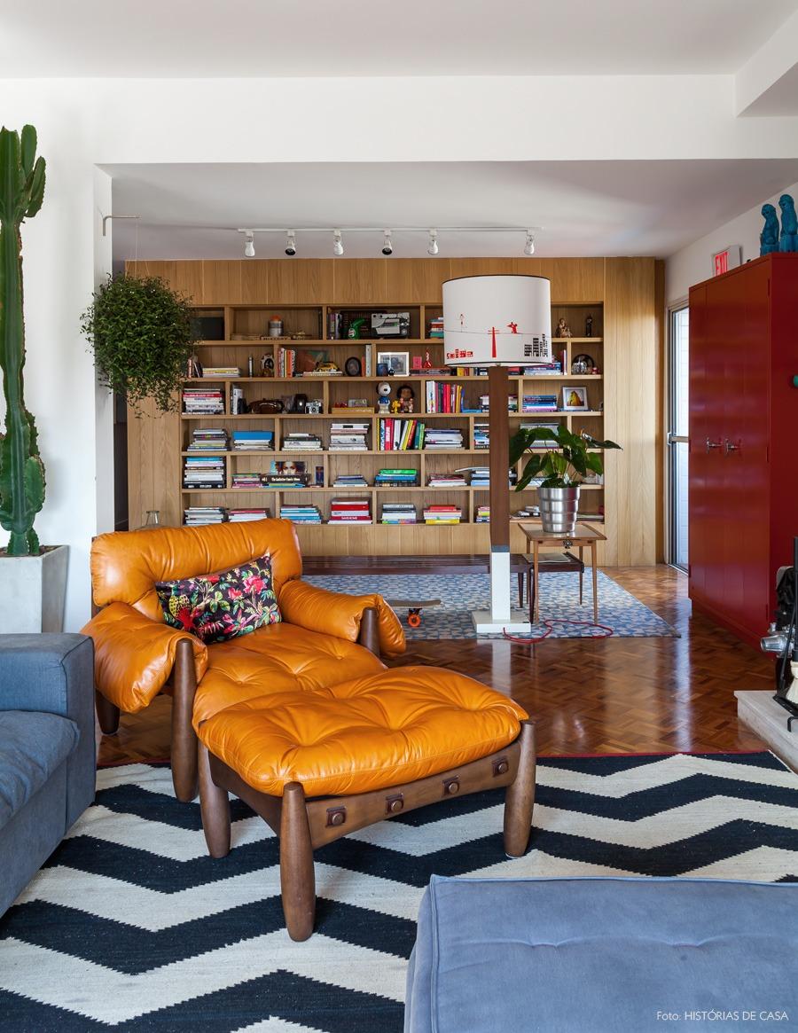 13-decoracao-estante-madeira-poltrona-mole