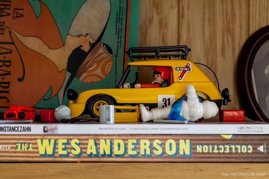 18-decoracao-estante-madeira-detalhe-brinquedos-playmobil