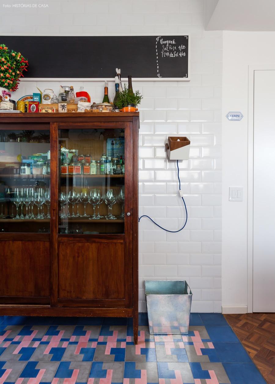 22-decoracao-cozinha-azulejo-branco-armario
