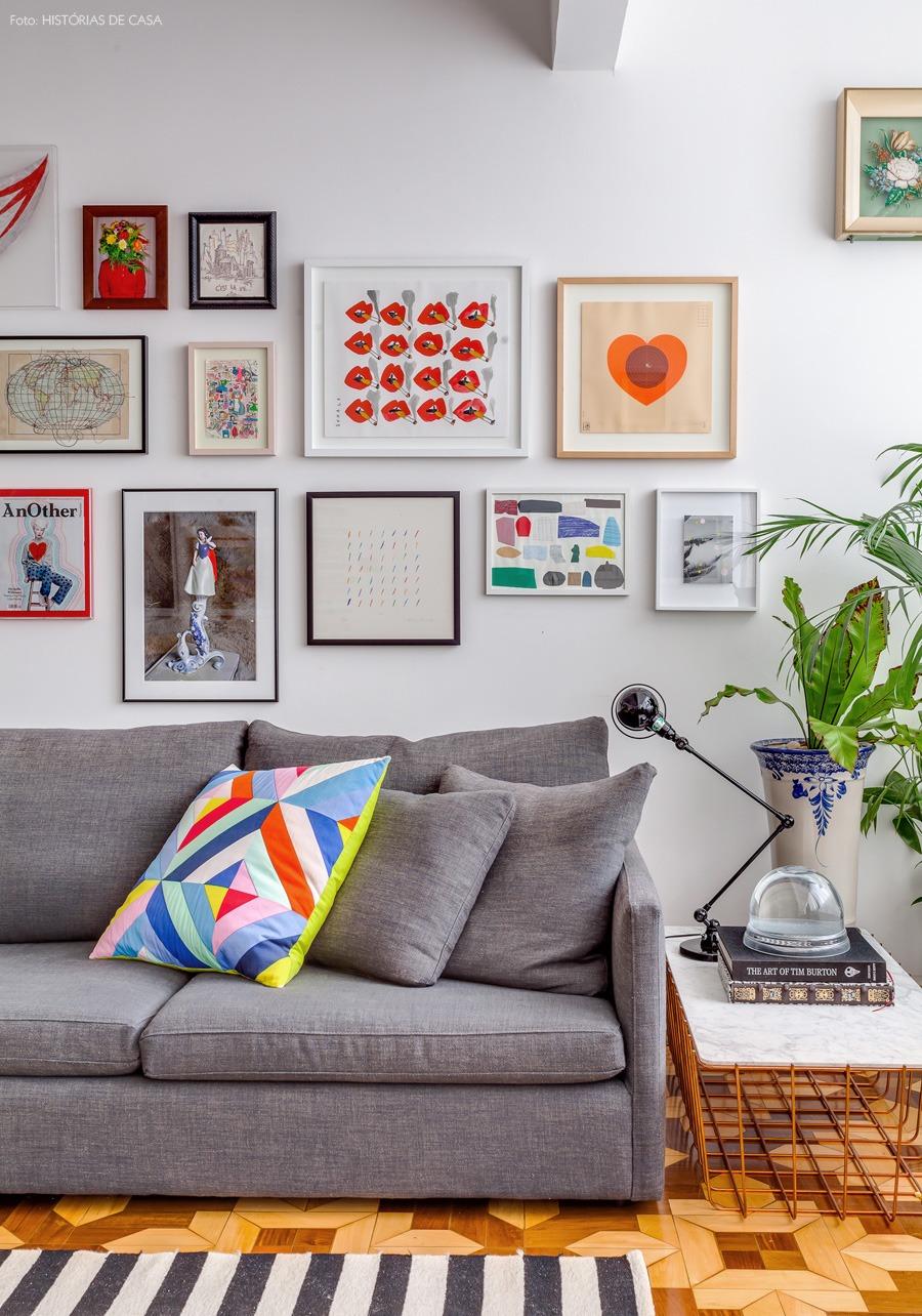 09-decoracao-sala-quadros-coloridos-sofa-cinza