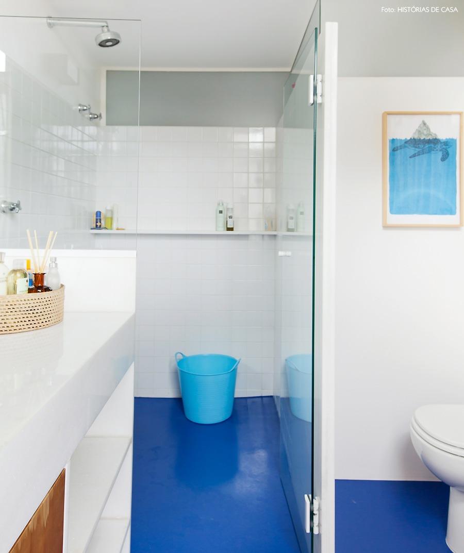 43-decoracao-banheiro-piso-epoxi-azul-box-vidro