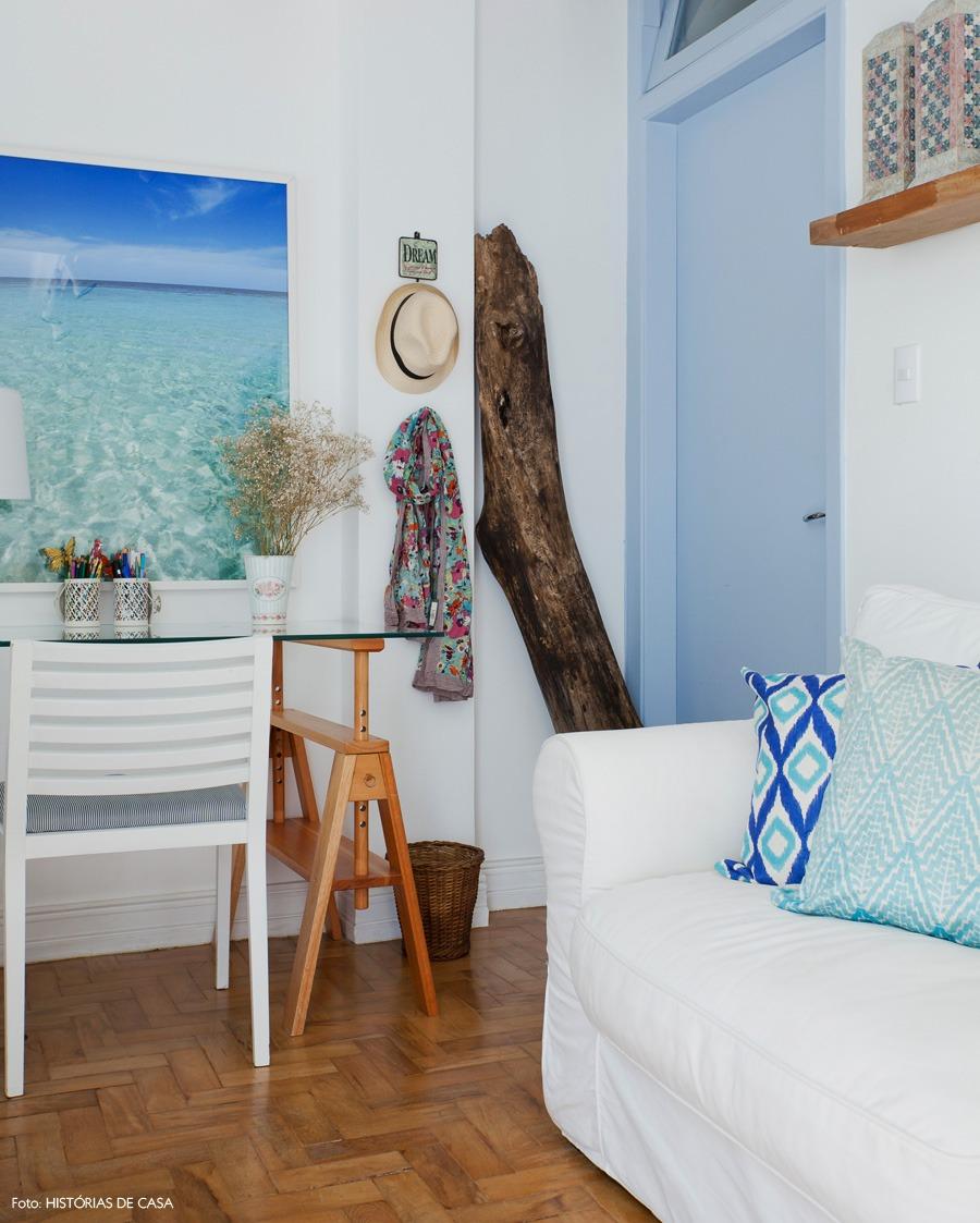 06-decoracao-sala-estar-pequena-praia-branco-azul-cavalete
