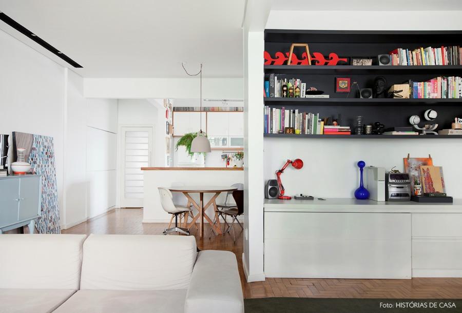 11-decoracao-sala-integrada-estante-preta-sofa-cinza